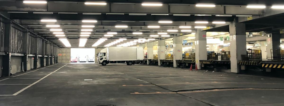 vrachtwagen pakhuis lading